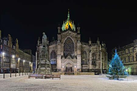 nightime: Facciata della St Giles Cathedral (Kirk alta), Edimburgo, Scozia, illuminato di notte in inverno Archivio Fotografico