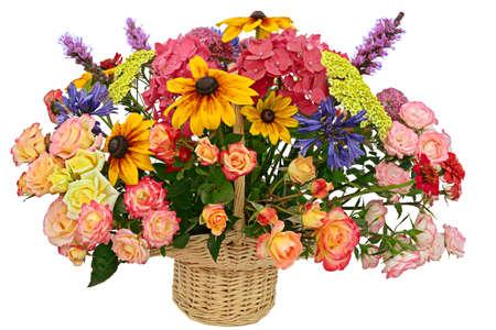 arreglo floral: Arreglo de flores en una cesta aislada sobre fondo blanco