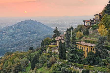 Sole al tramonto sulla campagna alle porte di Bergamo, Lombardia, Italia, Europa