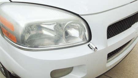 白い CarAuto のヘッドライトやフロント バンパー