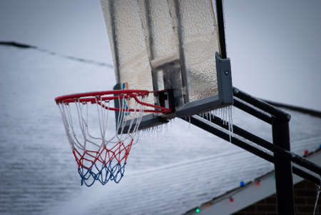 Outdoor basketball hoop covered in ice Stockfoto
