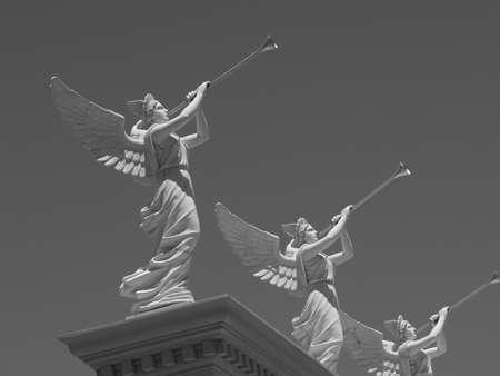 trompette: Beatuiful photo en noir et blanc des anges ontop de Ceaser's Palace � Las Vegas.