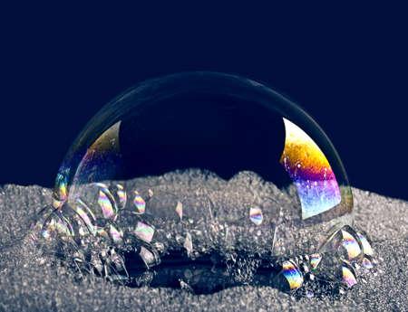 burbujas de jabon: Burbuja de color sobre un fondo oscuro Foto de archivo