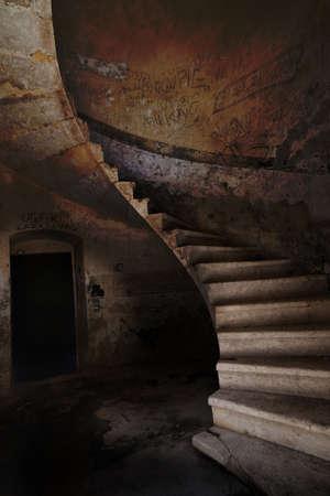 espiral: Imagen de la antigua escalera de antig�edad Foto de archivo