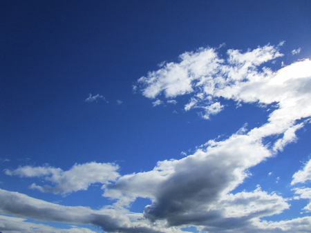 Cloudy sky. The blue sky with white cumulus clouds fantastically shaped Фото со стока - 78100745