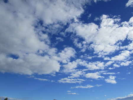 Cloudy sky. The blue sky with white cumulus clouds fantastically shaped Фото со стока - 78100044