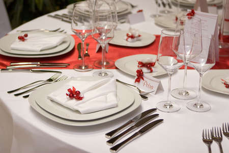 table knife: Table setting with plates and silverware (in red and white)