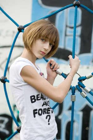 graffiti brown: Adolescente en el patio de recreo Foto de archivo