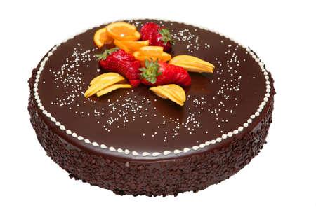 Schokoladenkuchen eingerichtet mit Früchten, isoliert auf weiss Standard-Bild - 9357263