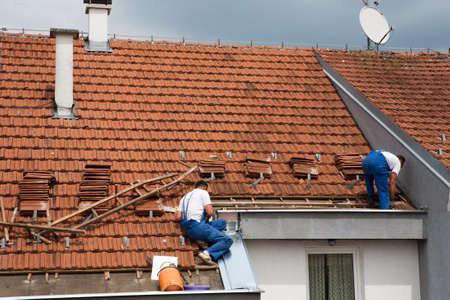 Zwei Männer arbeiten auf dem Dach Standard-Bild - 9784171