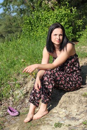 pieds nus femme: Jeune femme aux pieds nus bronzer dans le parc Banque d'images