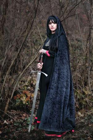 Portrait einer mittelalterlichen Dame mit Schwert Standard-Bild - 15693490