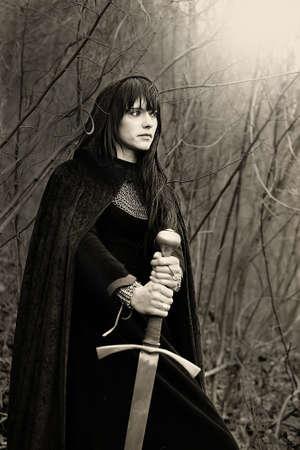 Portrait einer mittelalterlichen Dame mit Schwert Sepia getönten Standard-Bild - 15683326