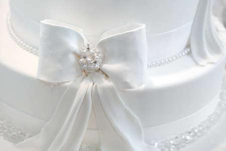 Hochzeitstorte Detail - ein Band mit Perlen Standard-Bild - 16123441