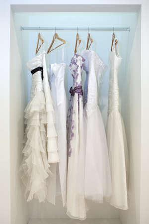 Kollektion von Brautkleidern in der Werkstatt Standard-Bild - 17990409