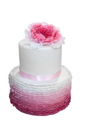 白で隔離されるピンクの花と美しいウェディング ケーキ