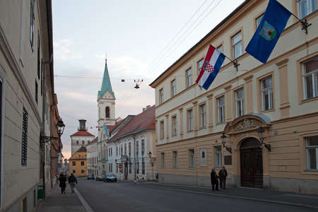 st  mark s: Cirilometodska strada che conduce alla famosa St Mark s Church e Lotrscak Tower al tramonto