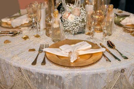 Luxe bruiloft diner met gouden thema