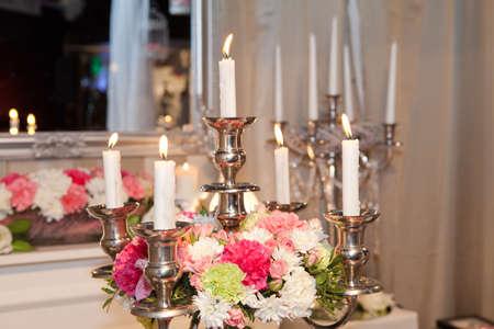 Kerzenhalter mit Blumen geschmückt Standard-Bild - 26012936