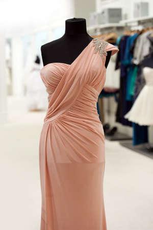 mannequin: Robe rose sur mannequin dans un magasin de mariée Banque d'images