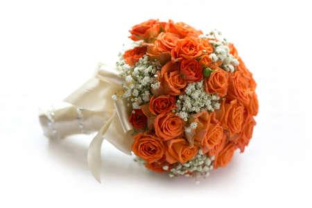 rosas blancas: Ramo de la boda de rosas de color naranja sobre blanco