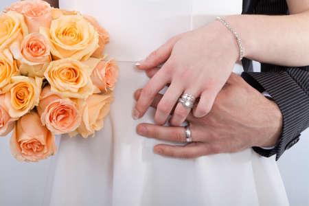 anillo de boda: Las manos de una pareja de recién casados