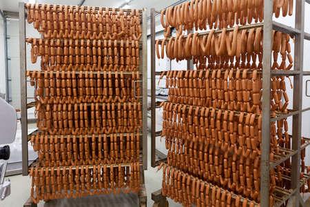 saucisses maison sur supports métalliques