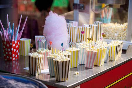 Popcorn in contenitori d'epoca pronti per i film Archivio Fotografico - 73405028