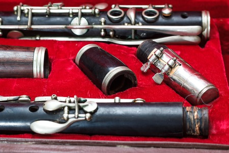 clarinet: clarinete, instrumento de viento, desmontado y colocado en el caso