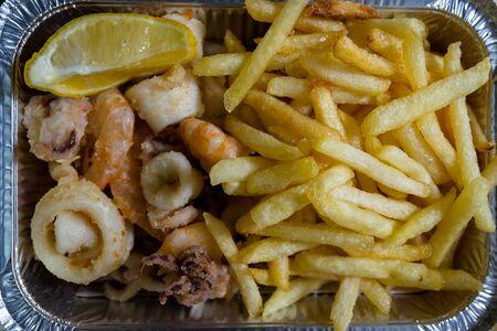 fish and chips: pescado frito mixto, con calamares, pescado azul, patatas fritas y limón