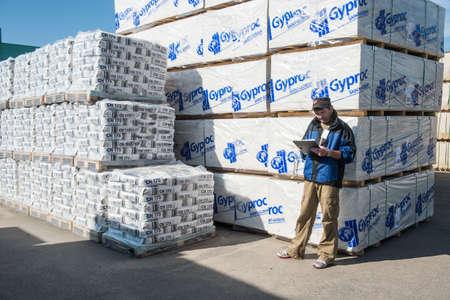"""supervisores: San Petersburgo, Rusia, 16 de julio de 2015: red de creación de almacenes de grandes superficies """"métricas"""", supervisores y controladores están trabajando en los almacenes."""