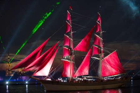 pez vela: San Petersburgo, Rusia - 23 de junio 2014: La producci�n anual tradicional en el pez vela Neva con la vela roja en las que abandonan la escuela d�a