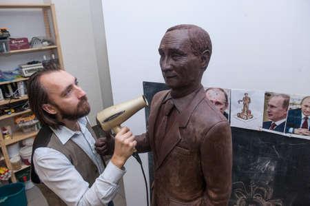 """Saint-Pétersbourg, Russie - le 27 Novembre, 2015: Confiseurs Company """"gâteau de maître"""" a produit 70 kg statue du président Vladimir Poutine pour démontrer un jour férié de chocolat de la ville."""