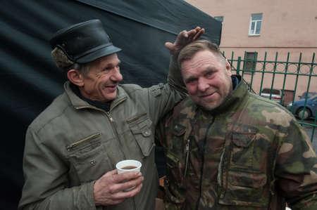San Petersburgo, Rusia - 4 de diciembre de 2015: peluquero australiana Naser Sabhani con tus amigos han hecho cortes de pelo para las personas sin hogar en la calle de la ciudad Editorial