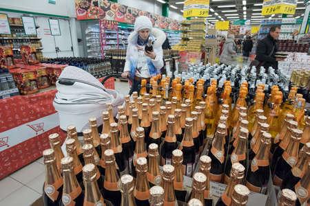 bebidas alcoh�licas: San Petersburgo, Rusia - 6 de marzo de 2015: Estantes de vino vodka y licores bebidas alcoh�licas en hipermercado Editorial