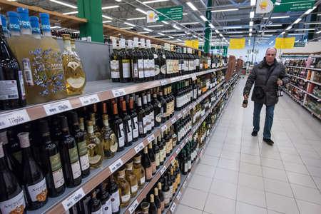bebidas alcohÓlicas: San Petersburgo, Rusia - 6 de marzo de 2015: Estantes de vino vodka y licores bebidas alcohólicas en hipermercado Editorial
