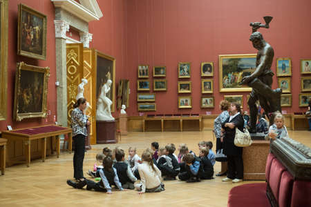 Petersburg, Rosja - 21 września, 2012: Dzieci na wycieczkę do Muzeum Rosji uznanych arcydzieł malarstwa i rzeźby, słuchać przewodnika opowieść o twórczości wielkich artystów. Publikacyjne