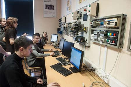 St. Petersburg, Rusland - 15 februari 2012: Internationale wetenschappelijke en educatieve centrum van Schneider Electric. Studenten leren in een klaslokaal elektrische apparatuur.