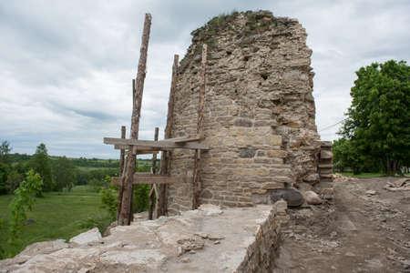Tour de l'ancienne forteresse d'Izborsk du 15ème siècle par une journée ensoleillée pendant les travaux de reconstruction et de restauration Banque d'images