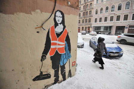 mona lisa: St.Petersburg, Russia - January 13, 2016: Graffiti on the wall of a residential building in the city center. Woman in uniform of janitor with a broom and a dustpan with a face of the Mona Lisa by Leonardo Da Vinci