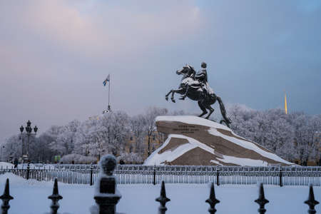 uomo a cavallo: San Pietroburgo, Russia - 17 Gennaio, 2016: Il cavaliere di bronzo da Pietro il Grande - la principale attrazione della citt�, gelido giorno d'inverno. Il sito turistico Editoriali