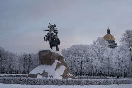 uomo a cavallo: San Pietroburgo, Russia - 17 Gennaio, 2016: Il cavaliere di bronzo da Pietro il Grande - la principale attrazione della città, gelido giorno d'inverno. Il sito turistico Editoriali