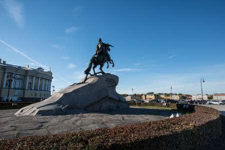 San Pietroburgo, Russia - 15 ottobre 2015: Il cavaliere di bronzo - il monumento più famoso di imperatore Peter Peter è un capolavoro di arte monumentale del mondo realizzata dallo scultore Falcone nel 1766 nella capitale dell'Impero russo. Situato a Senato Squa Archivio Fotografico - 56981785
