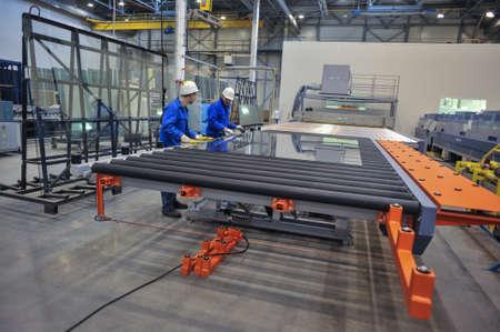 Saint-Petersburg, Russland - 4. Februar 2010: Die Floatglasproduktionsanlage. Arbeiten Profis überwachen den Herstellungsprozess und die Produktqualität.