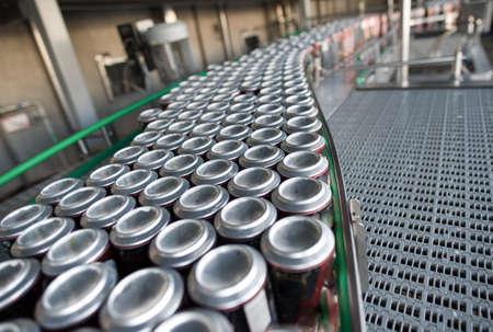 bocaux Stain-toit avec des boissons sur la ligne d'assemblage. pour la production de la ligne alcoolique et les boissons gazeuses. L'étape finale de la fabrication du produit.