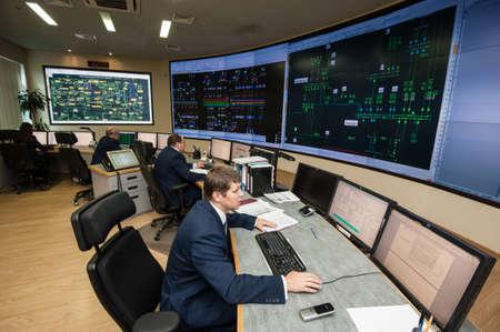 director de escuela: San Petersburgo, Rusia - 22 septiembre 2016: la energética punto de control de la ciudad. Gerentes de control de la distribución de los flujos de energía en las zonas de las grandes ciudades en la red eléctrica.