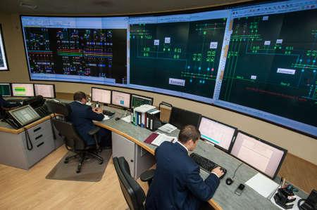 director de escuela: San Petersburgo, Rusia - 22 septiembre 2016: Vista superior de la oficina de gestión de la compañía eléctrica. ingenieros energía de trabajo en los ordenadores vigilan la rejilla de la ciudad.