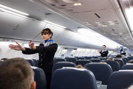Saint-Pétersbourg, Fédération de Russie - 16 octobre 2017: Des hôtesses de l'air dans la cabine de l'avion de passagers 737-800 instruisent les passagers sur les mesures de sécurité et en cas d'urgence