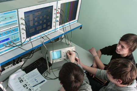 Saint-Pétersbourg, Russie - 16 février 2012: Les étudiants du Collège électrotechnique lors d'essais en laboratoire avec un moniteur ascendant et de bureau.