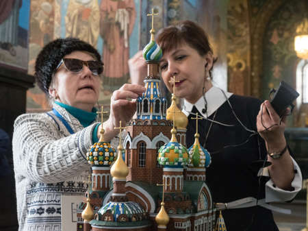 St. Petersburg, Russia - March 21, 2018: a new excursion route specially for people with visual disabilities in the state museum Savior on Blood. The guide shows the blind woman exhibits. Redactioneel